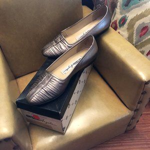 Vintage Metallic EUC Classic Toe Loafers with smal